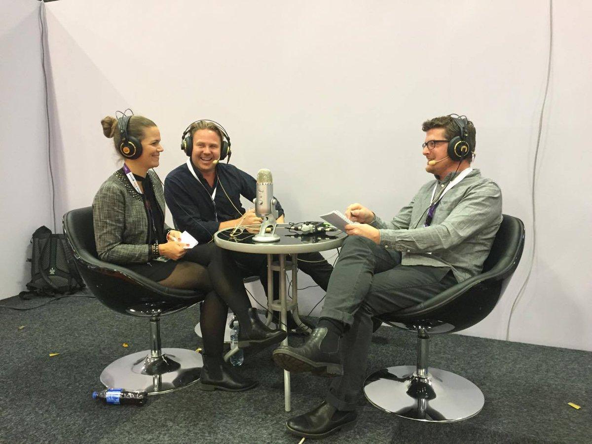 Fredrik Sandström i möte med Anna och Philip i en podcast